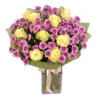 Букет из белых роз и хризантем